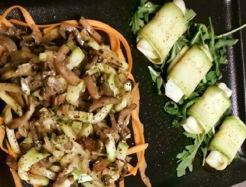 Involtini di zucchine, insalata di funghi , melanzane e peperoni